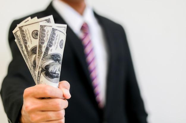 Mão de empresário segurando o dinheiro