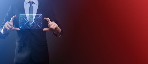 Mão de empresário segurando o ícone de e-mail, entre em contato conosco por e-mail de boletim informativo e proteja suas informações pessoais de mensagens de spam. centro de atendimento ao cliente entre em contato conosco conceito.