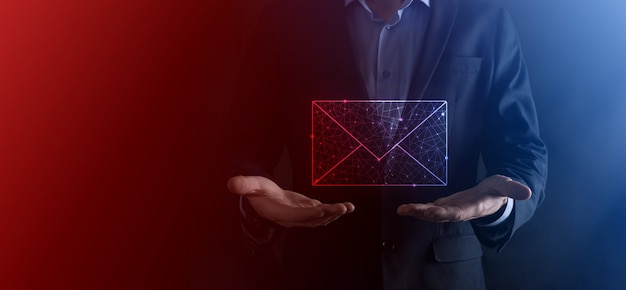 Mão de empresário segurando o ícone de e-mail, entre em contato conosco por e-mail de boletim informativo e proteja suas informações pessoais de mensagens de spam