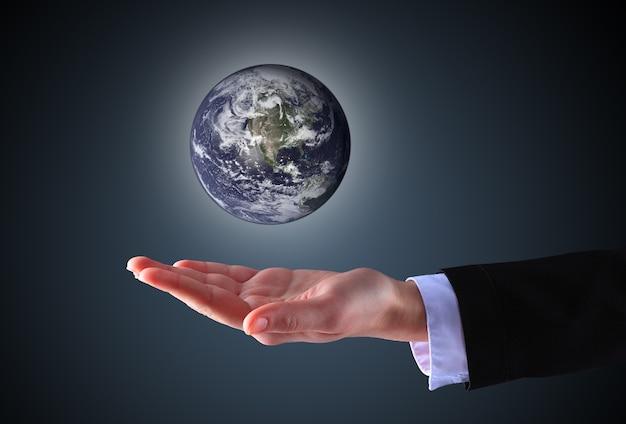Mão de empresário segurando um globo