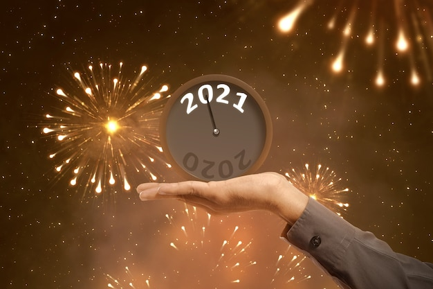 Mão de empresário segurando um relógio esperando por 2021. feliz ano novo 2021