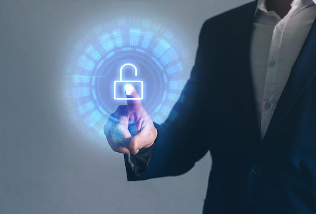 Mão de empresário segurando um telefone inteligente com ícone de correio e mensagem