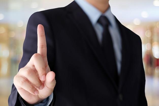 Mão de empresário tocando sobre fundo de escritório borrão, fundo de negócios, banner