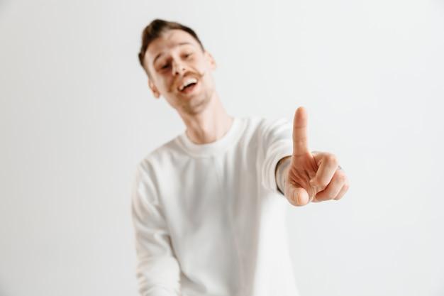 Mão de empresário tocando uma tela virtual vazia