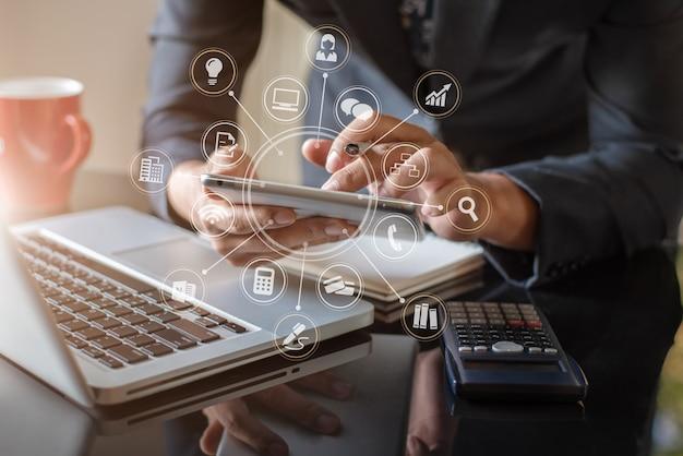 Mão de empresário usando compras on-line de pagamentos de tablet, omni channel, computador teclado digital tablet docking no escritório na luz do sol.