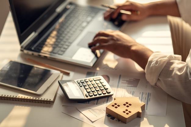 Mão de empresários calculando juros