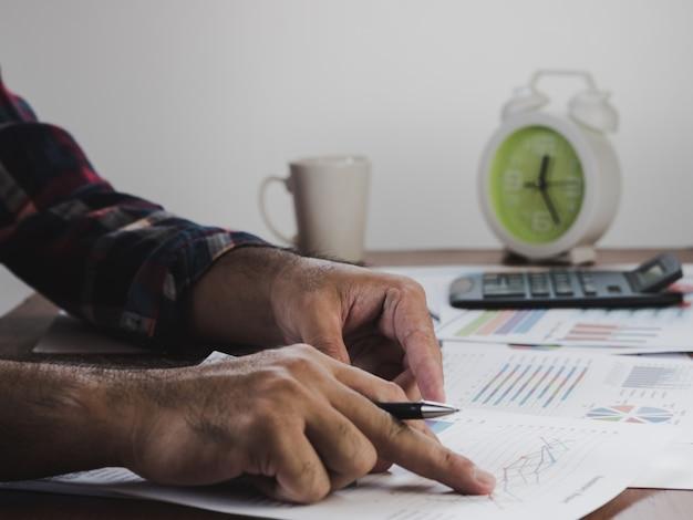 Mão de empresários são escritos contabilizados calculados relatórios financeiros