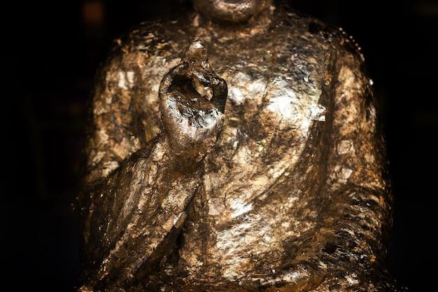 Mão de escultura budismo com papel dourado para rezar tradição cultura