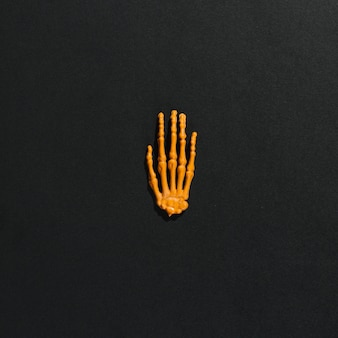 Mão de esqueleto laranja no meio