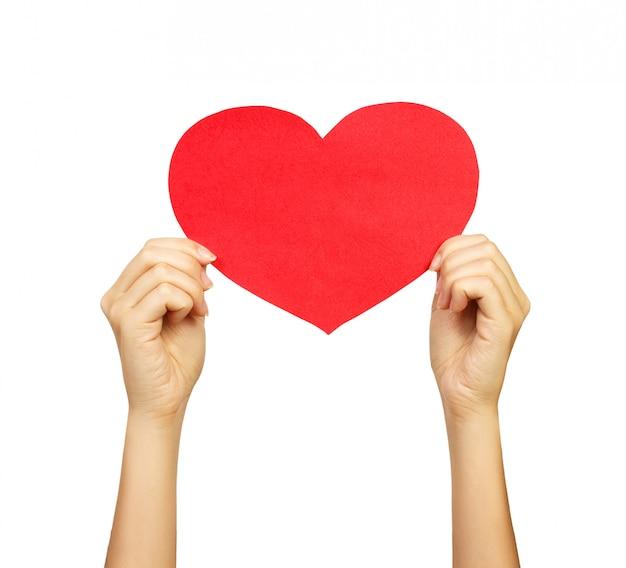 Mão de famale adulta segurando coração de papel