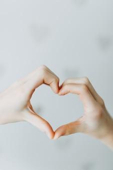 Mão de forma de coração para dia dos namorados, amor, bondade e conceito de amizade
