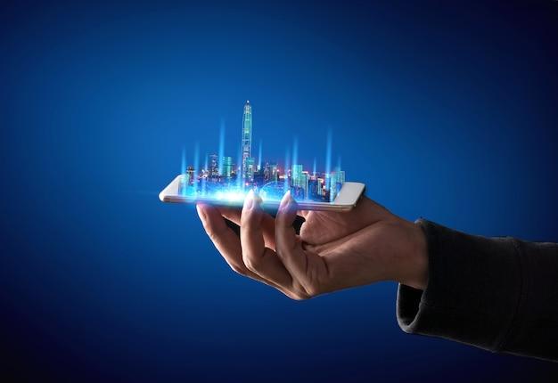 Mão de garçom segurando um tablet digital vazio com cidade inteligente