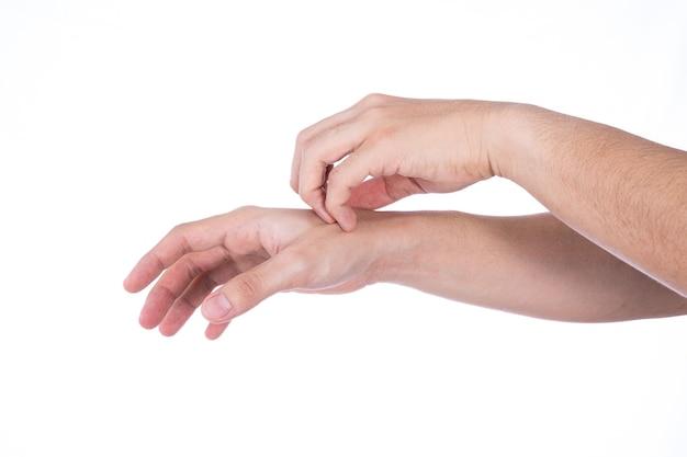 Mão de homem coçando a mão isolada fundo branco