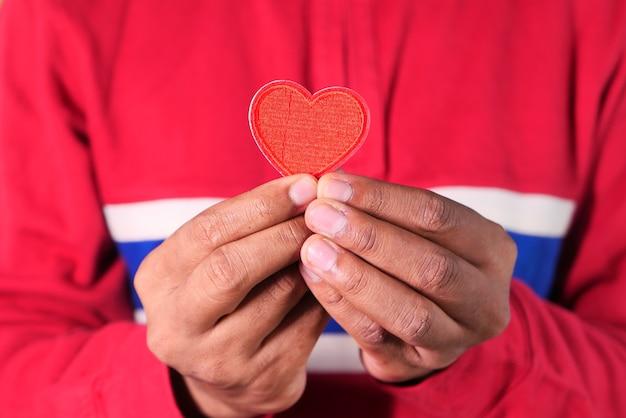 Mão de homem com coração