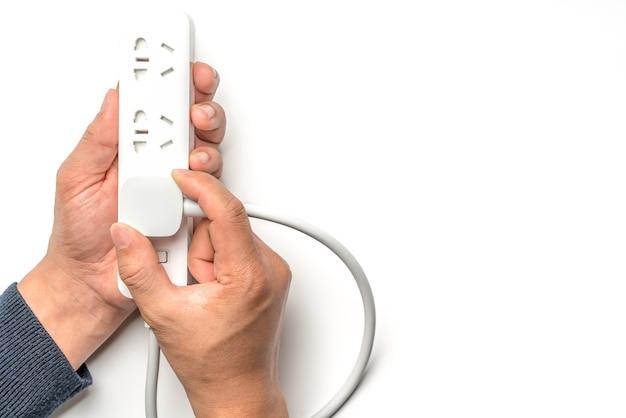 Mão de homem, conectando a cor branca de barra de tomada de energia elétrica
