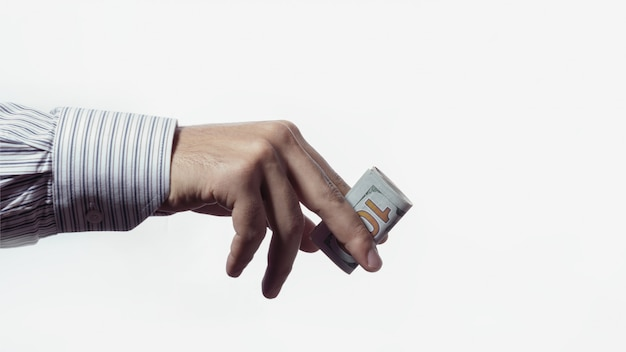 Mão de homem, dando uma nota de cem dólares, isolada no fundo branco