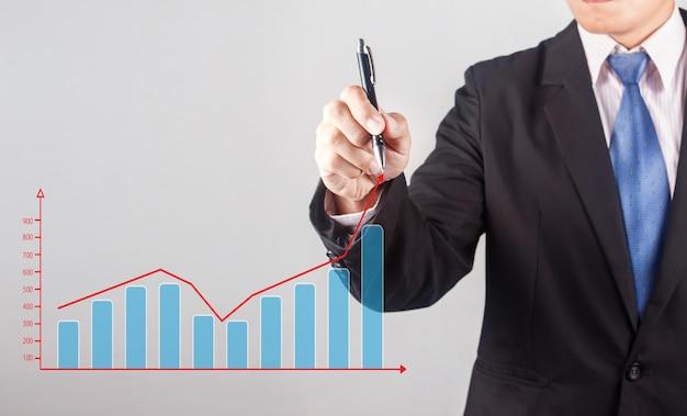 Mão de homem de negócios, desenhando um gráfico crescente
