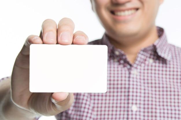 Mão de homem de pessoas segure cartões de visita mostram simulação de cartão branco em branco. ou cartão de crédito em papel cartão na frente. conceito de marca comercial.
