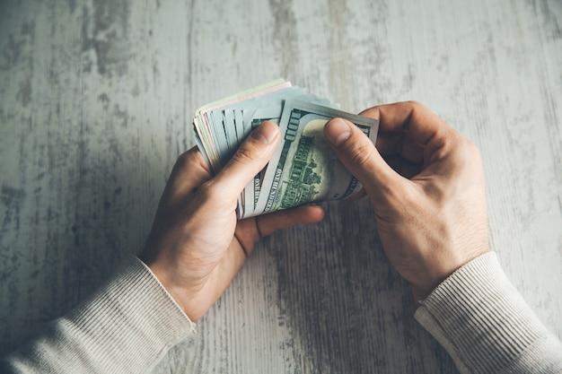 Mão de homem dinheiro na mesa