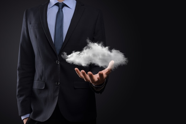 Mão de homem empresário segurando a nuvem. conceito de computação em nuvem, close-up de jovem homem de negócios com a nuvem sobre a mão. o conceito de serviço de nuvem.