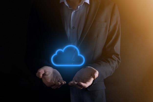 Mão de homem empresário segurando o conceito de computação em nuvem na palma da mão backup storage data networking e digital share global concept