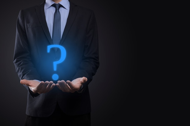 Mão de homem empresário segurar interface de interrogação assina web.