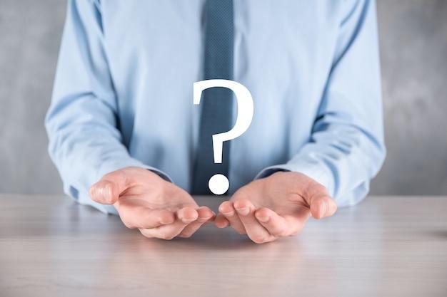 Mão de homem empresário segure pontos de interrogação interface assinam web.