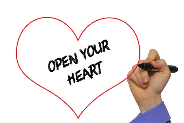 Mão de homem, escrevendo: abra seu coração com o marcador no quadro transparente. isolado no branco.
