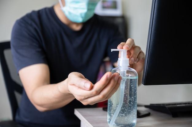 Mão de homem lavando com gel desinfetante