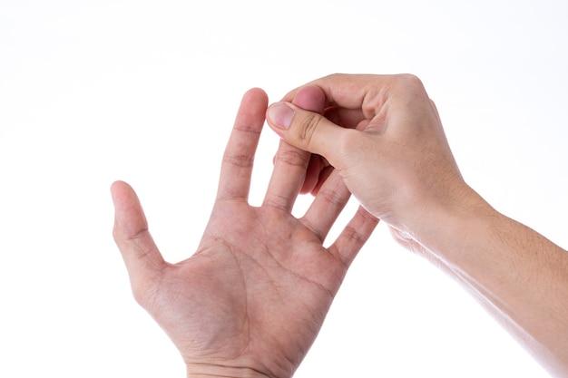 Mão de homem massageando a parede branca isolada de dedos.