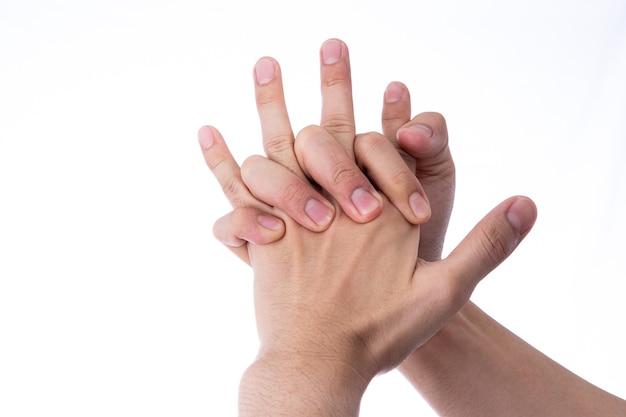 Mão de homem massageando sua mão e dedos isolados em fundo branco