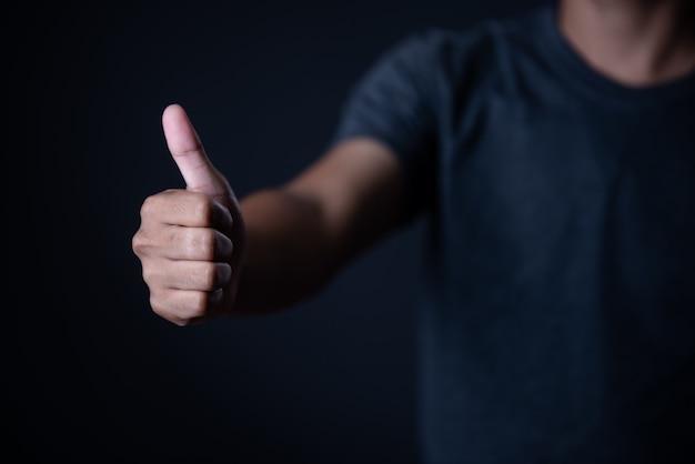 Mão de homem, medindo itens invisíveis. isolado em cinza