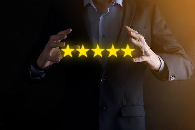 Mão de homem mostrando no cinco estrelas rating.pointing excelente símbolo de cinco estrelas para aumentar a classificação da empresa. rever, aumentar a classificação ou classificação, avaliação e conceito de classificação.