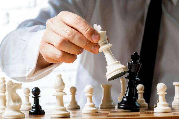 Mão, de, homem negócios, xadrez jogando