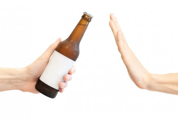 Mão de homem se recusa a proposta de álcool