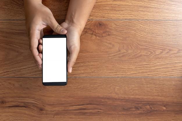 Mão de homem segurando a maquete de tela do smartphone preto