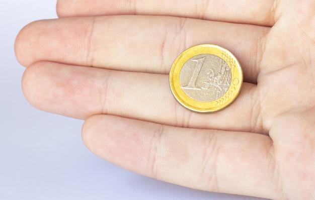 Mão de homem segurando moeda isolada no fundo branco