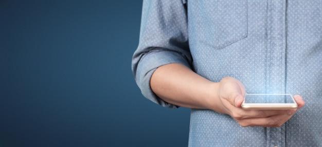 Mão de homem segurando o dispositivo de smartphone