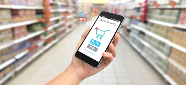 Mão de homem segurando o dispositivo do smartphone e tela tocante. compras online
