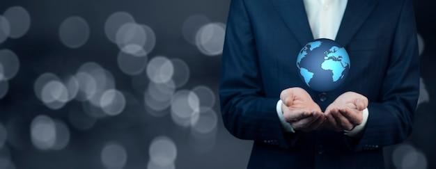Mão de homem segurando o planeta terra digital que representa o conceito de tecnologias globais