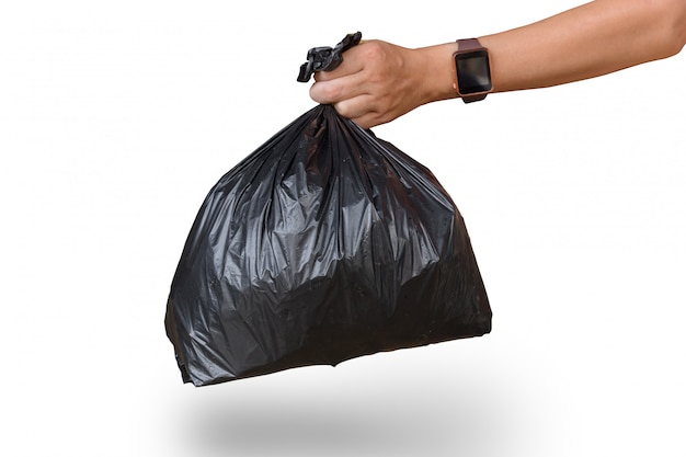 Mão de homem segurando o saco de lixo isolado no branco com traçado de recorte