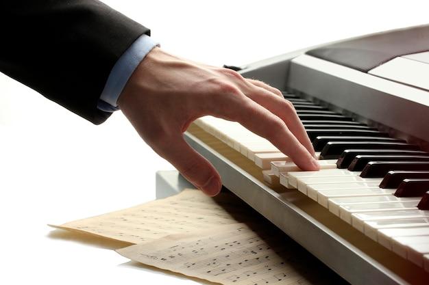 Mão de homem tocando piano
