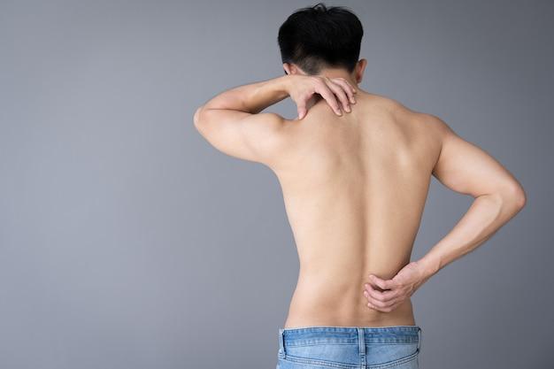 Mão de jovem tocando dor nas costas