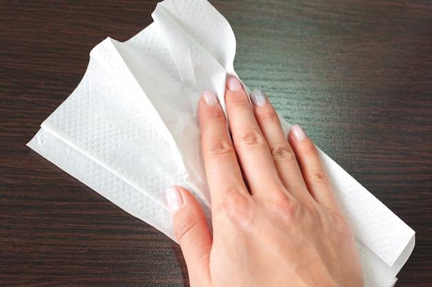 Mão de limpeza com toalha de papel