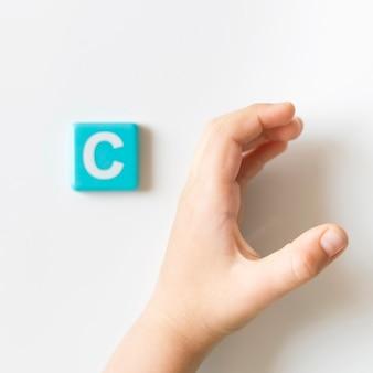 Mão de língua de sinais, mostrando a letra c