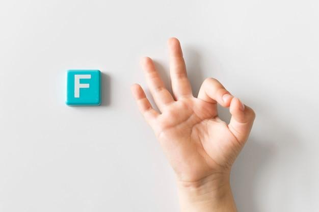 Mão de língua de sinais, mostrando a letra f