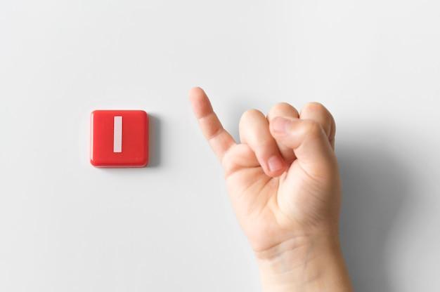 Mão de língua de sinais, mostrando a letra i