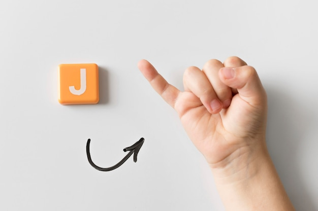 Mão de língua de sinais, mostrando a letra j