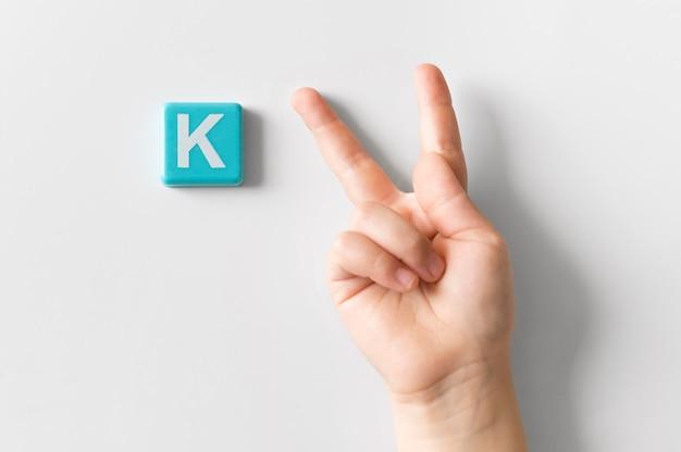 Mão de língua de sinais, mostrando a letra k