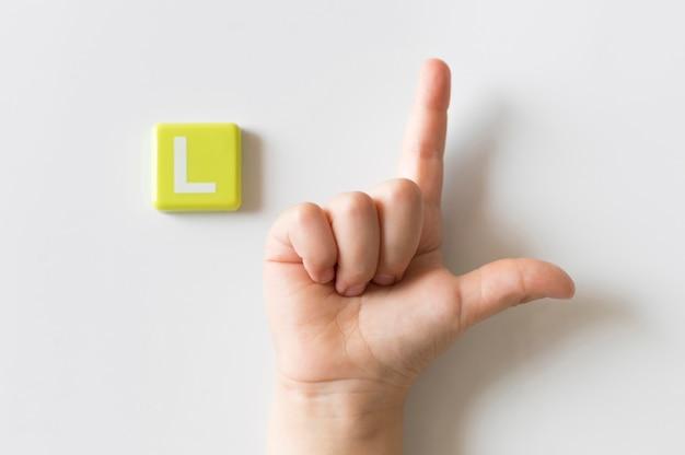 Mão de língua de sinais, mostrando a letra l
